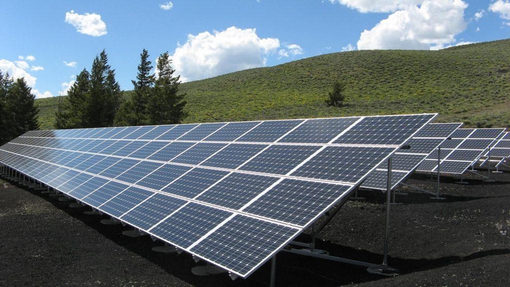photo-zonnepanelen op veld